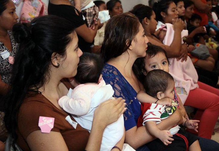 La asociación Ayuda a la Mujer Embarazada cumplió dos décadas de apoyar a las madres solteras yucatecas. Imagen de un grupo de mujeres con sus bebés. (Milenio Novedades)