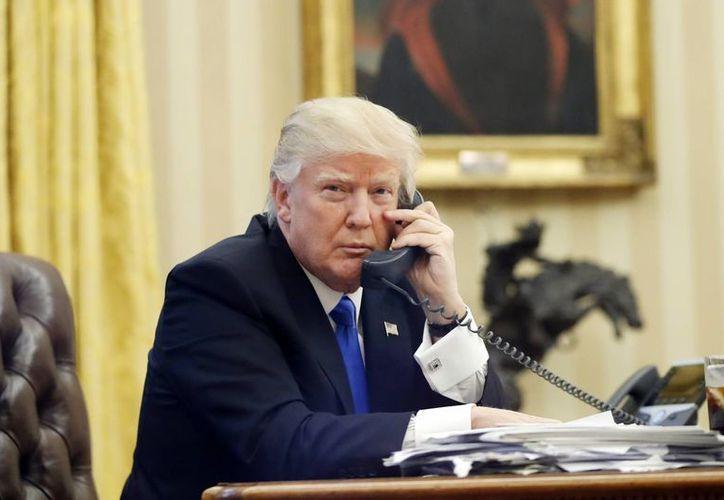 Afirman que Trump le dijo a Turnbull que ya había hablado con otros cuatro líderes mundiales ese día y que su plática con él 'había sido por mucho la peor llamada'. (AP/Alex Brandon)