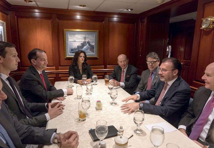 Videgaray Caso se reunió con los secretarios del Trabajo, Alexander Acosta, de Energía, Rick Perry; y de Comercio, Wilbur Ross (Notimex).