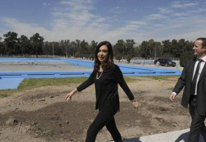 Cristina Fernández en el acto en Ezeiza donde lució unos leggins negros, prenda muy alejada del protocolo presidencial. (Foto: Presidencia de la Nación)
