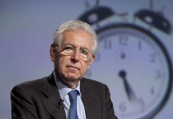 El dimisionario presidente del Gobierno italiano, Mario Monti, ayer durante un programa de televisión de la Rai. (EFE)