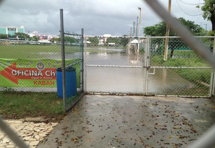Precipitaciones pluviales causan encharcamientos en los campos deportivos del municipio. (Ángel Mazariego/SIPSE)