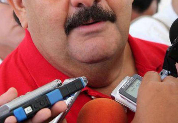 El precandidato prometió respetar las prestaciones de la gente que labora en el Ayuntamiento de Othón P. Blanco. (Harold Alcocer/SIPSE)