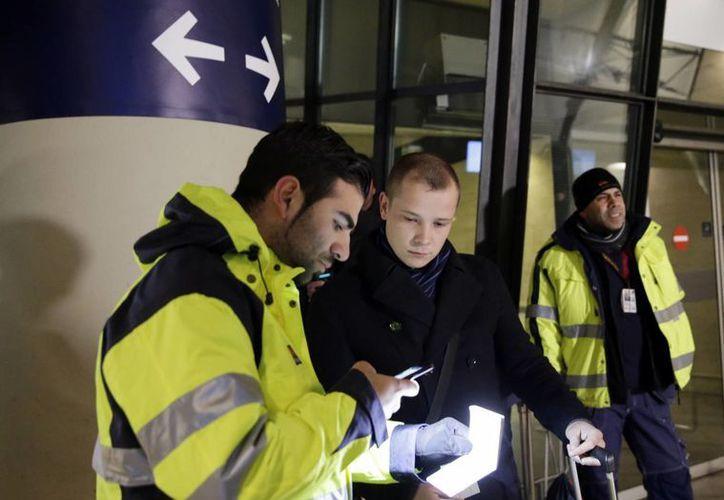Personal de seguridad comprueba la identificación de un pasajero en la estación de tren del aeropuerto de Copenhague en Kastrup para impedir la entrada en Suecia de migrantes sin permiso de residencia. (Agencias)