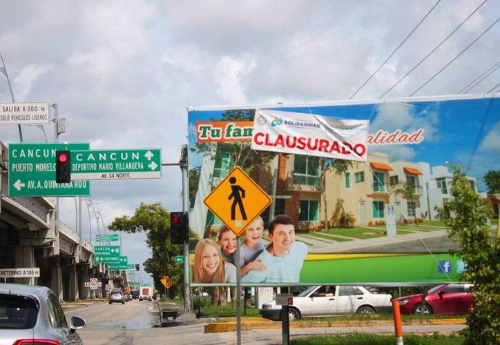 El Ayuntamiento clausuró estructuras de anuncios espectaculares colocados en zonas no permitidas, en Playa del Carmen. (Daniel Pacheco/SIPSE)