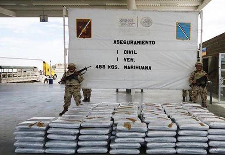 El Ejército Mexicano presentó la marihuana que se decomisó en la caja de un tráiler con cajas de pepino. (Semanario Zeta/economiahoy.mx)