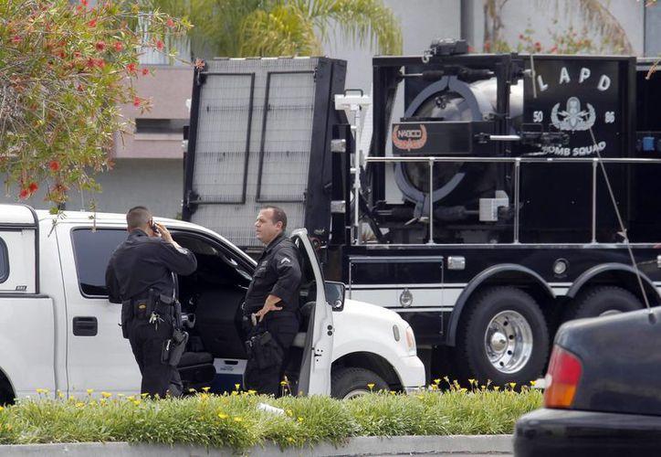 Agentes de la unidad de bombas de la policía de Los Angeles se congregan junto al departamento donde vive el hombre arrestado. (Agencias)