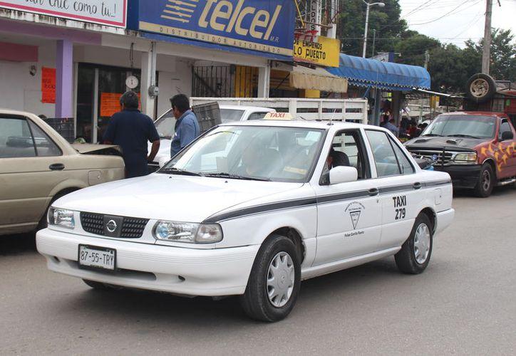 Los taxistas de Felipe Carillo Puerto se ven más afectados por la liberación de los precios en las gasolinas. (Jesús Caamal/SIPSE)