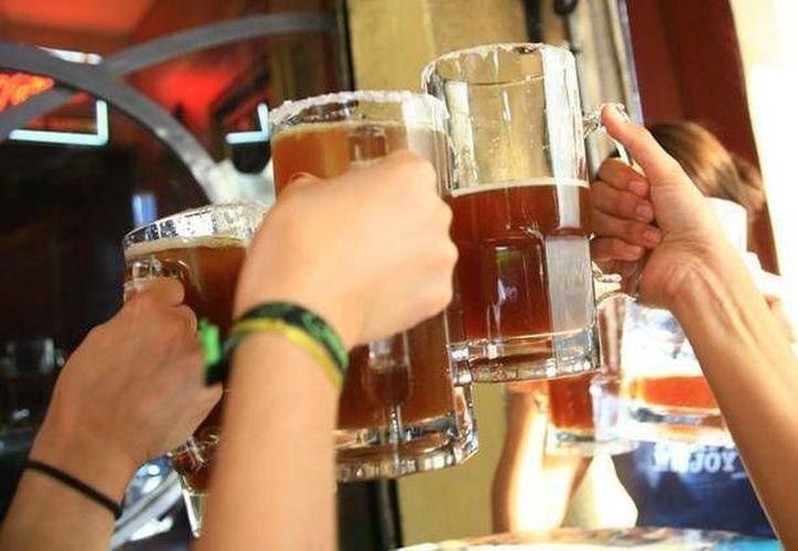 En promedio, cada yucateco bebe 20 litros de alcohol al año en restaurantes. (Milenio Novedades)