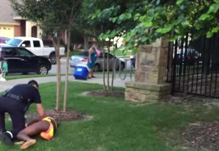 El agente David Eric Casebolt renunció al Departamento de Policía de McKinney, Texas, tras someter a una joven afroamericana en bikini. (telemundo.com)