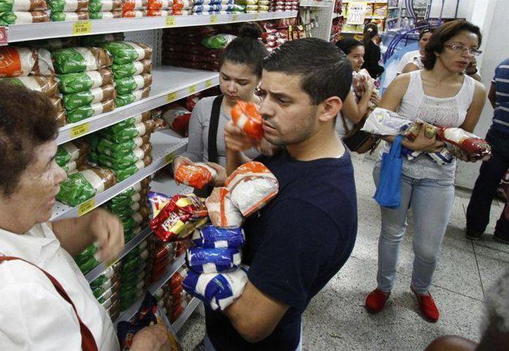 Ante el desabasto de artículos básicos, muchos venezolanos han tenido que cruzar a Colombia para comprar víveres. (Foto EFE)