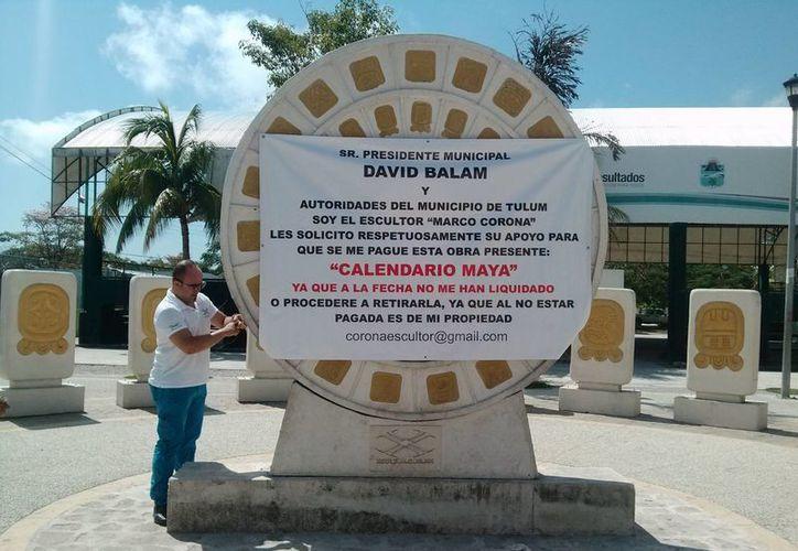 El escultor Marco Antonio Corona amenazó ayer con retirar sus obras de la plaza en donde están exhibidas, si no le pagan.  (Rossy López/SIPSE)