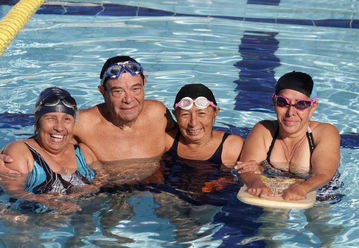 La clase es impartida en la alberca olímpica, ubicada en la avenida Chichén Itzá. (Francisco Gálvez/SIPSE)
