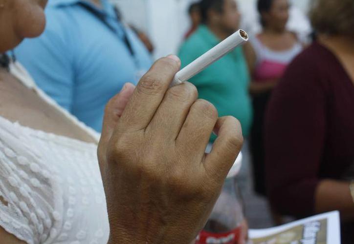 La prevalencia de edad de los fumadores es de los 12 a los 65 años de edad. (Joel Zamora/SIPSE)