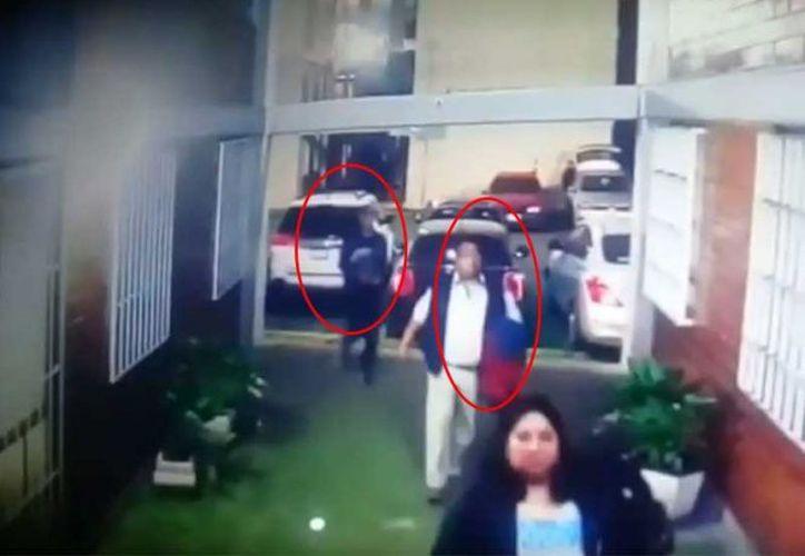 Una cámara de seguridad captó el momento en que un oficial de la PGJ de la Ciudad de México es ejecutado. (YouTube)