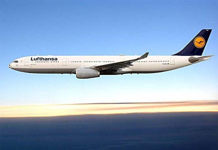Un pasajero intentó abrir la puerta de un avión en pleno vuelo, pero fue sometido por otros pasajeros. La imagen es únicamente ilustrativa. (excelsior.com.mx)