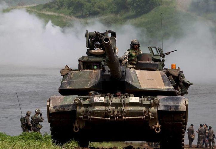 Soldados estadunidenses a bordo de un tanque M1A2 de la 2ª división de infantería participan en maniobras en Corea del Sur. (EFE/Archivo)