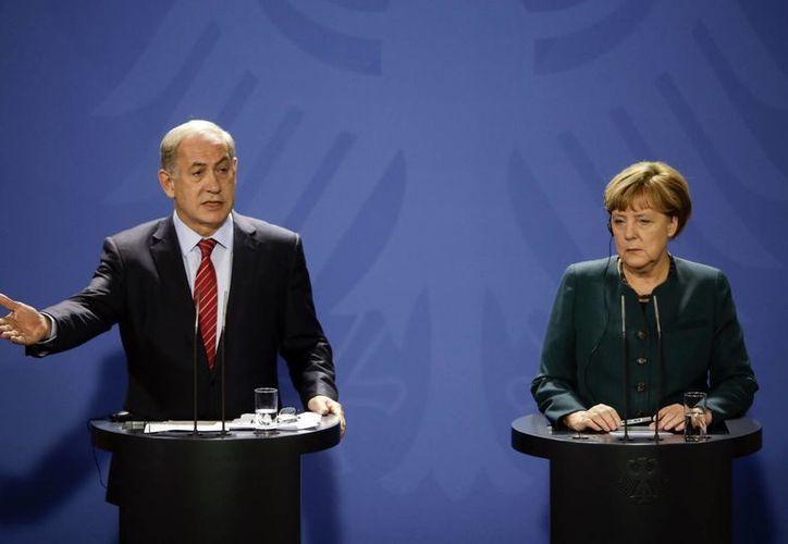 La canciller alemana, Angela Merkel, a la derecha, y el primer ministro israelí, Benjamin Netanyahu ante los medios de comunicación durante una reunión en la cancillería en Berlín. (Foto AP/Markus Schreiber)