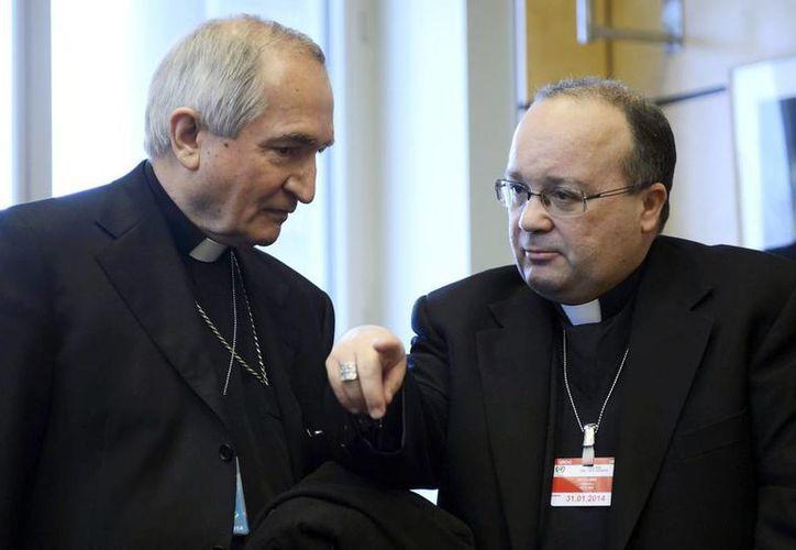 El representante de la Santa Sede ante Naciones Unidas, monseñor Silvano Tomasi (der), conversa con el fiscal en los casos de pedofilia de la congregación vaticana Charles Scicluna (izq), durante una reunión en el Palacio Wilson, Ginebra, Suiza. (EFE)
