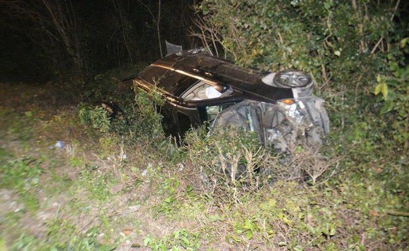 Una camioneta Honda Odissey verde botella, placas de circulación WTR-30-31 del Estado de México, se volcó. (Josué Massa/SIPSE)