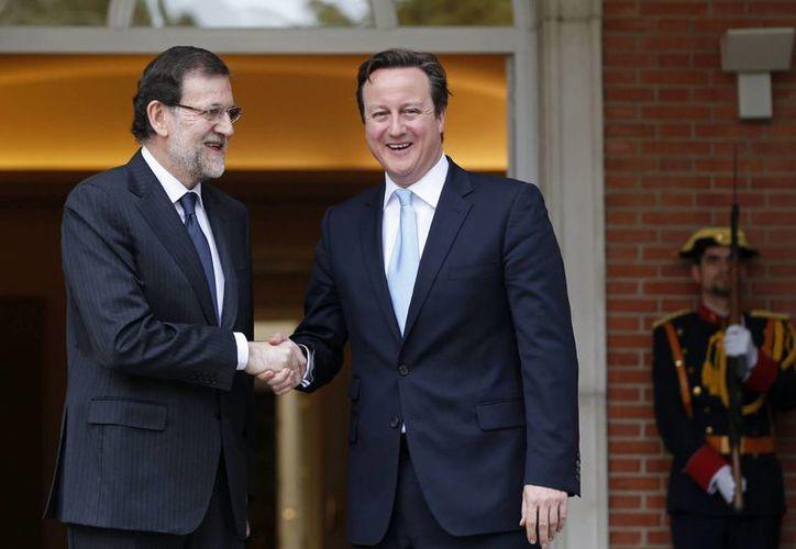 El presidente de España Mariano Rajoy y el primer ministro británico, David Cameron (d), se saludan en el Palacio de La Moncloa donde mantuvieron hoy su primera reunión en Madrid. (EFE)