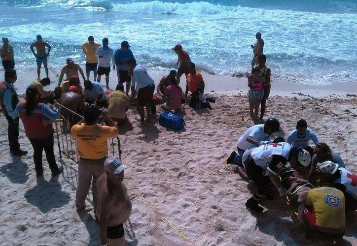 Los guardavidas rescataron a cuatro bañistas en las playas de Riviera Maya como parte de un simulacro. (Daniel Pacheco/SIPSE)