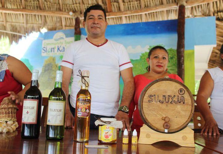 El vino de miel Sujuyja puede alcanzar los 9 grados de alcohol, y se deja reposar en barricas de roble blanco. (Sara Cahuich/SIPSE)
