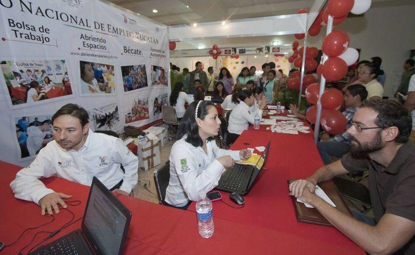 Numerosas personas acudieron a la Feria del Empleo para Jóvenes en la Canacome. (Notimex)