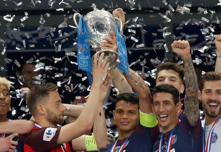 Levanta la Copa del triunfo equipo Gales. (Foto: Olé)