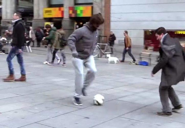 Cristiano Ronaldo intenta como vagabundo jugar con varias personas en una calle en Madrid, pero al final revela su verdadera identidad. (Captura de pantalla de YouTube)