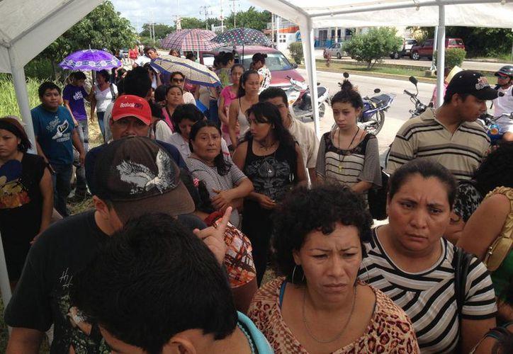Padres de familia buscan espacio para sus hijos en nivel bachillerato. (Adrián Barreto/SIPSE)