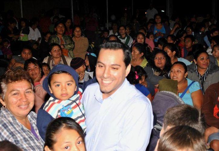 El diputado Mauricio Vila Dosal durante la convivencia en el Parque de El Bate de la colonia San Antonio Xluch, en el sur de Mérida. (Cortesía)