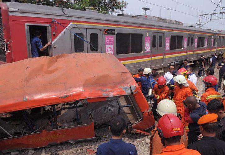 El choque entre un tren de pasajeros y un minubús, en Indonesia, dejó saldo de al menos 18 muertos. (AP)