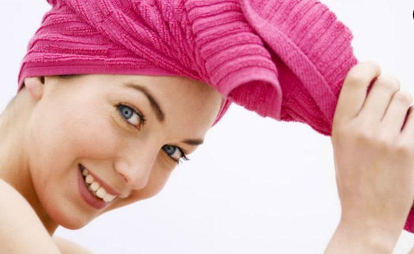 Para hacer enderezar el cabello, sugiere Labrecque, envolverlo en rollos de velcro mientras se seca. (Vanguardia)