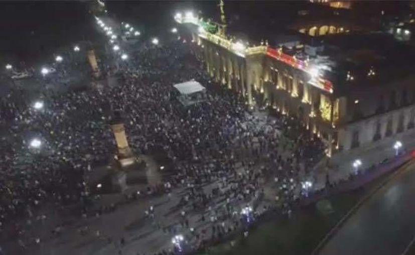 Miles de personas se concentraron frente al Palacio de Gobierno en la Macroplaza de Monterrey. (Excélsior)