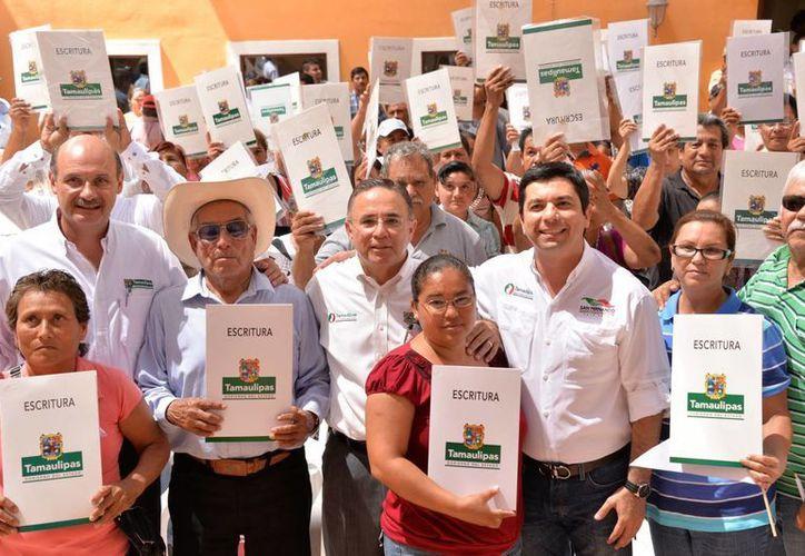 El alcalde de San Fernando, Tamaulipas (d), Mario Garza, hizo un reconocimiento a las fuerzas policiacas que han permitido recobrar la tranquilidad. (tamaulipas.gob.mx)