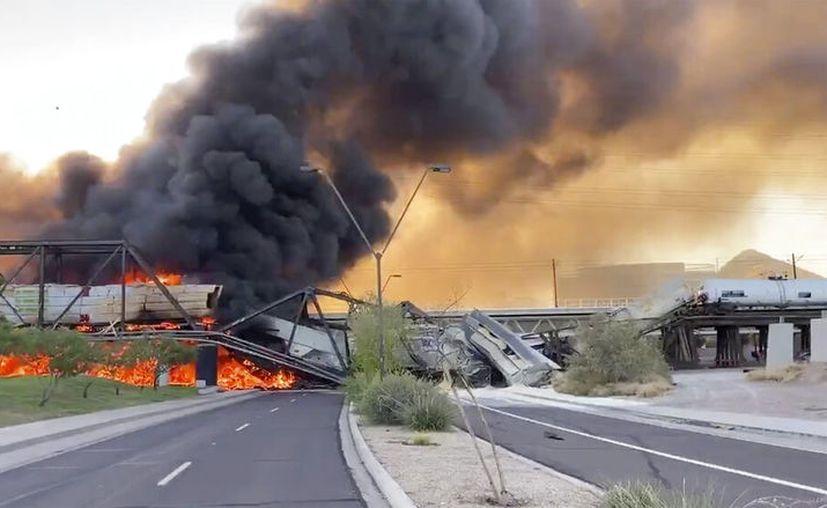 Humo cubre el lugar en donde se descarrila un tren en Tempe, Arizona, el miércoles 29 de julio de 2020. (Daniel Coronado vía AP)