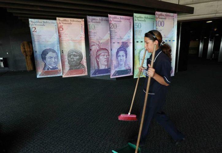 Se pronostica que la crisis venezolana se agrave todavía más debido a la caída de los precios del petróleo, pilar económico de esa nación. (AP)