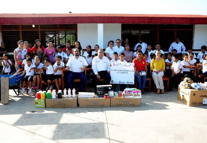 La escuela recibió ventiladores, sillas, balones entre otros. (Cortesía/SIPSE)