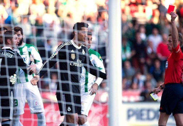 Momento en que el árbitro muestra la tarjeta roja a Cristiano Ronaldo, luego de que el portugués agredió a un contrario. (Archivo/Efe)