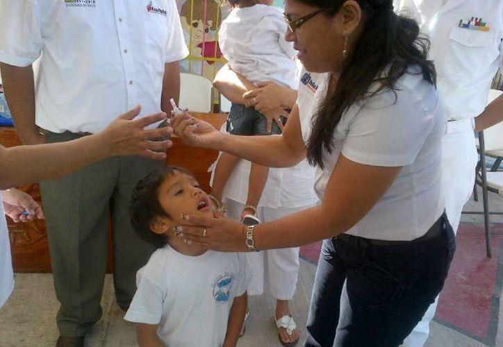 En la campaña también completan los esquemas de vacunación de los niños. (Cortesía/SIPSE)