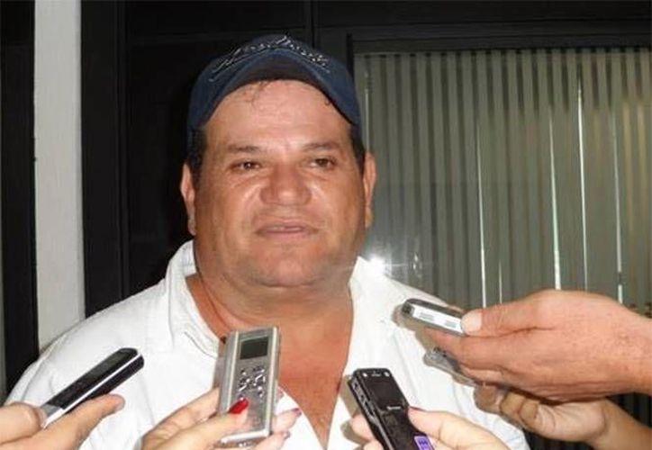 Un sujeto sometió a los empleados de la estación de radio mientras otro disparó varias veces contra el comunicador y activista Atilano Román. (excelsior.com.mx)