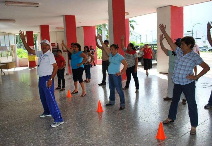 Personal de la dependencia impartió ejercicios de estiramiento, calentamiento y relajación a los trabajadores de diversas áreas del ayuntamiento. (Redacción/SIPSE)