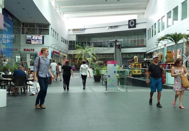 Autoridades municipales inspeccionan varias plazas comerciales de la ciudad. (Consuelo Javier/SIPSE)