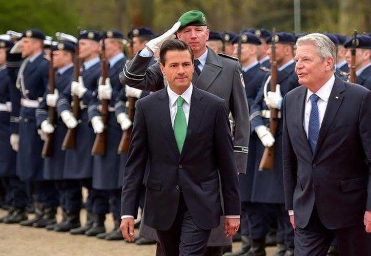 La ceremonia oficial en el jardín de Bellevue incluyó la entonación de los himnos oficiales de México y Alemania, una marcha militar y la inspección a la guardia de honor.  (Facebook de Presidencia de la República)