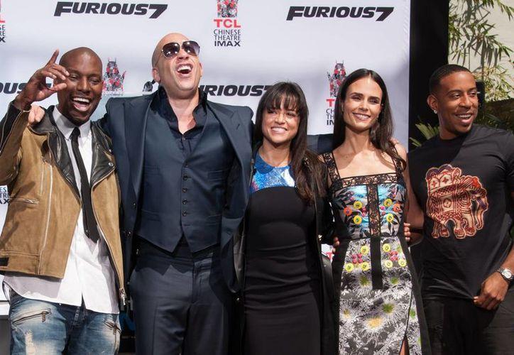 El elenco de 'Rápido y Furioso 7' de izquierda a derecha: Tyrese Gibson, Vin Diesel, Michelle Rodríguez, Jordana Brewster y Ludacris. La saga se ha caracterizado por su reparto con inclusión racial. (AP)