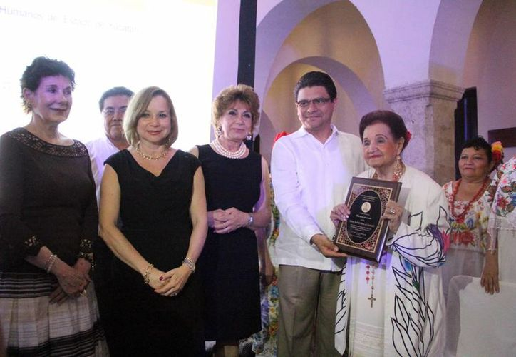 Judith Pérez Romero posó con su reconocimiento a su trayectoria artística. (Milenio Novedades)