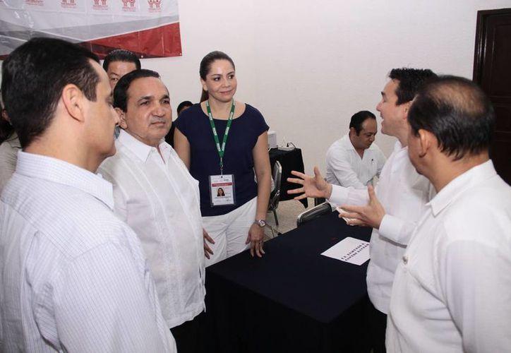 Se espera una venta récord de pantallas digitales en el marco del programa El Buen Fin, debido al apagón analógico, declaró el titular de la Canacome, José Manuel López Campos. (segundo desde la izquierda) (Jorge Acosta/SIPSE)