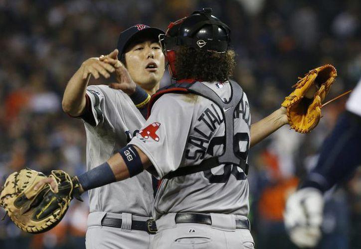 El japonés Koji Uehara (i) y Jarrod Saltalamacchia (d), ambos de Boston, durante una acción del juego contra Detroit. (EFE)