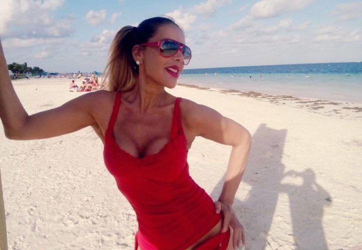 La cantante se paseó por los arenales de Playa del Carmen. (Foto: Twitter)